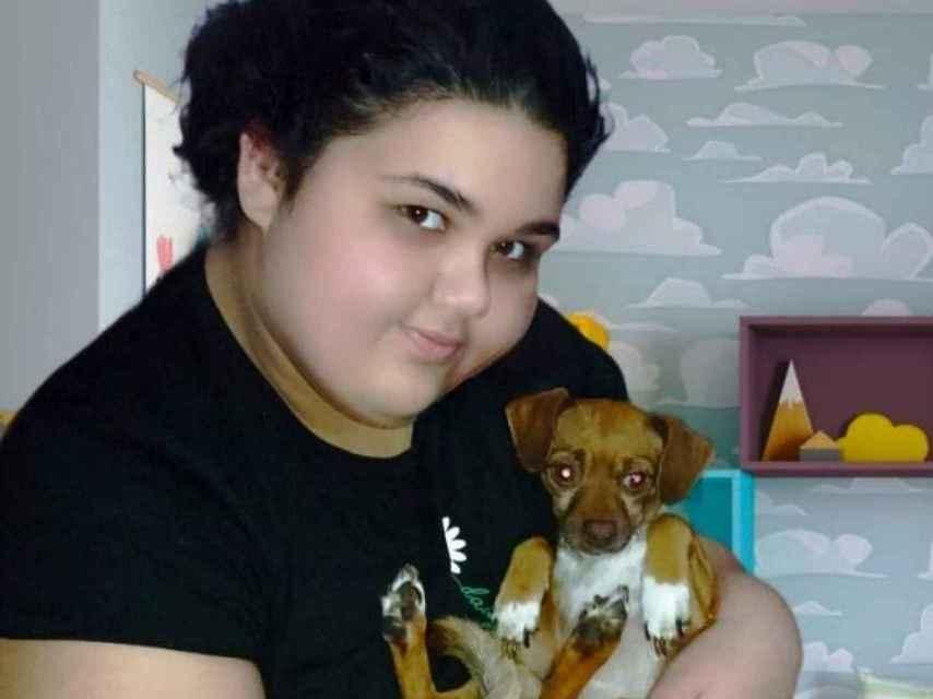 María Sherezade junto a su mascota Poppy.