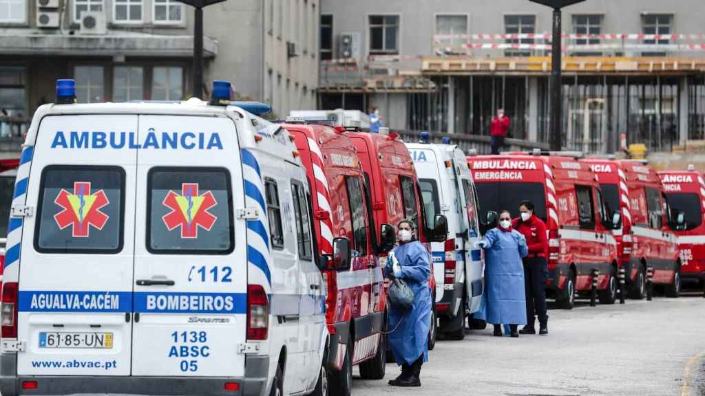 Atasco de ambulancias a la entrada del hospital Santa Maria de Lisboa. EFE/EPA Tiago Petinga