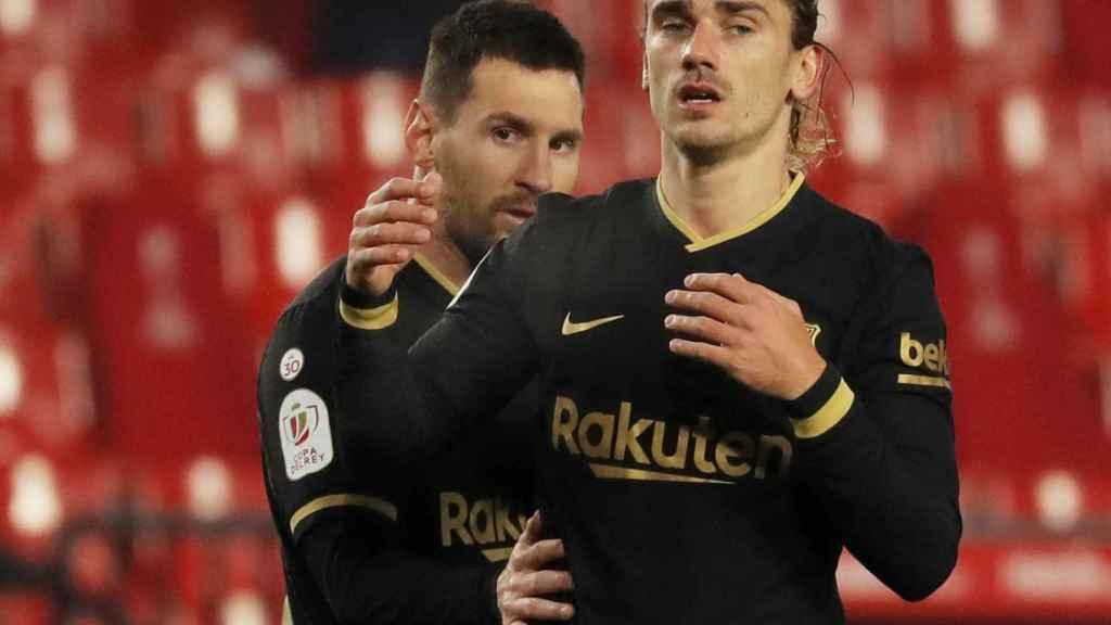 Leo Messi y Griezmann, tras una ocasión de gol del francés