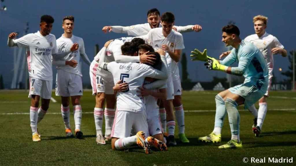 Piña de los jugadores del Castilla ante el San Sebastián de los Reyes