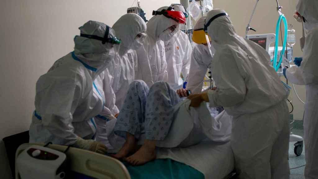 Sanitarios atienden a un paciente con coronavirus en la unidad de vigilancia postquirúrgica (REA) del Complejo Universitario de Ourense.