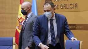 El consejero de Sanidad, Julio García Comesaña (d), junto al gerente del Servicio Gallego de Salud (Sergas), José Flores, en una rueda de prensa.