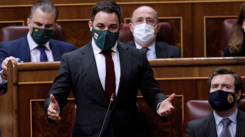 Santiago Abascal, junto a Iván Espinosa de los Monteros, en su escaño del Congreso.