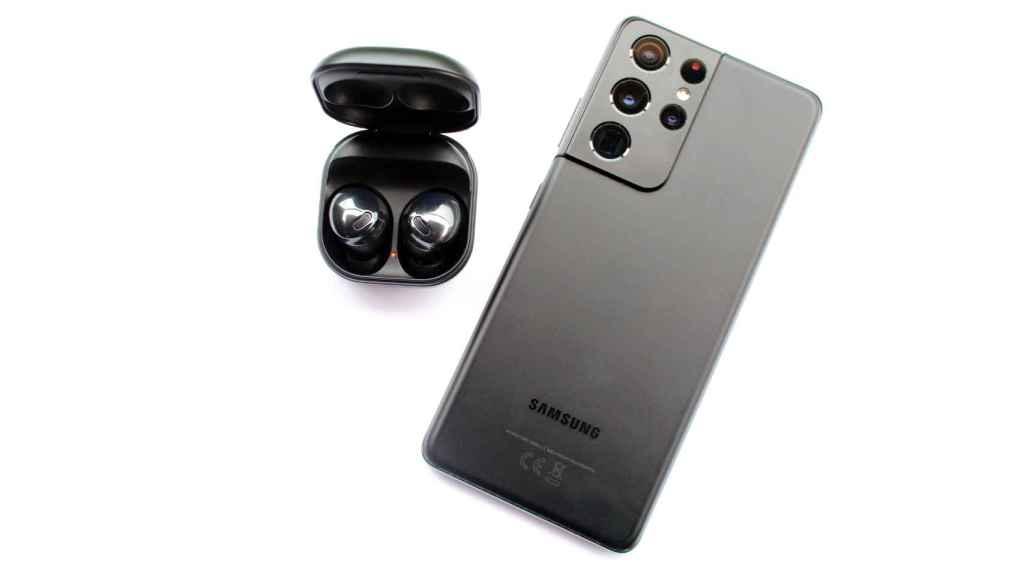 Los Samsung Galaxy Buds Pro junto con el Galaxy S21 Ultra.