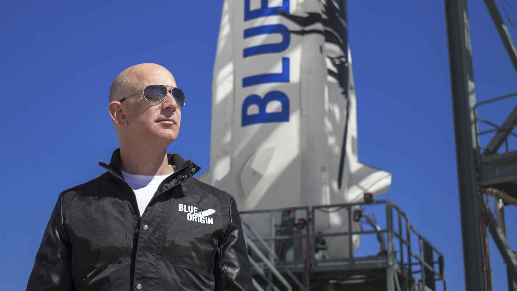 Jeff Bezos, delante de un cohete de Blue Origin