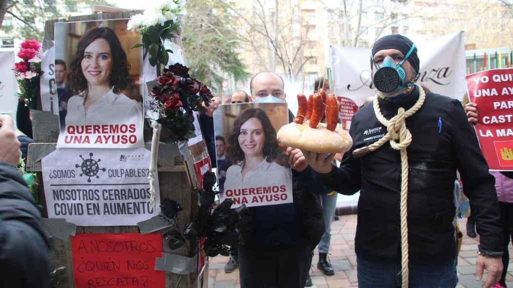 Los hosteleros de Albacete con carteles de Isabel Díaz Ayuso durante las protestas por el cierre de la hostelería.