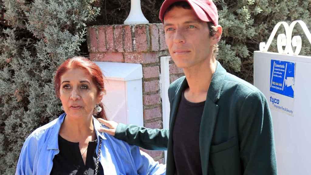 Camilín junto a su madre, Lourdes Ornelas, en una imagen a la puerta de su casa en Torrelodones.
