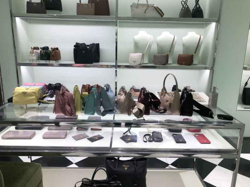 Hornada de bolsos de Prada recién llegados a la boutique de El Corte Inglés de Nuevos Ministerios en Madrid.