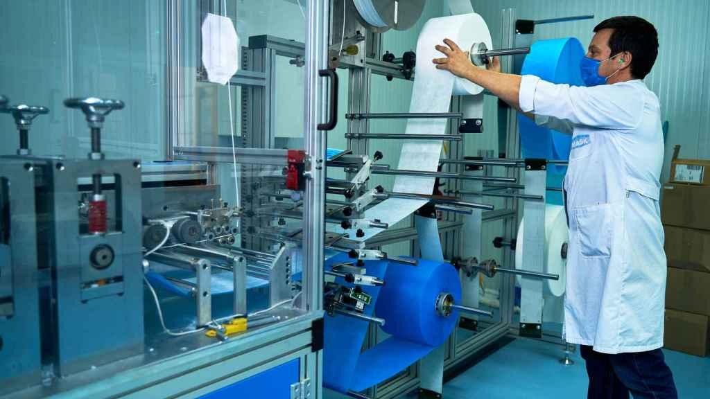 Un trabajador manipula la máquina de Making Mask que produce 20.000 mascarillas diarias.