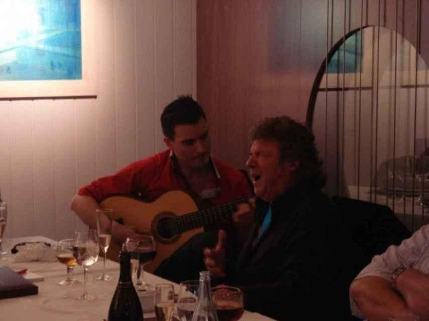 El difunto cantaor Enrique Morente arrancándose por seguiriyas en el Restaurante El Vinagrero.