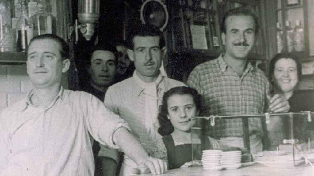 Pepe Martínez (1i), abuelo del actual gerente de El Vinagrero, junto a clientes, familiares y su esposa, Juana (1d).