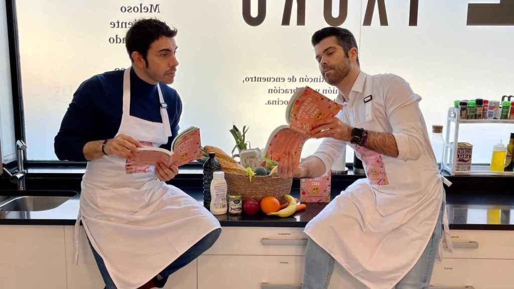 Alberto Herrera y Luis Alberto Zamora con su libro 'Comer bien es fácil si sabes cómo'.