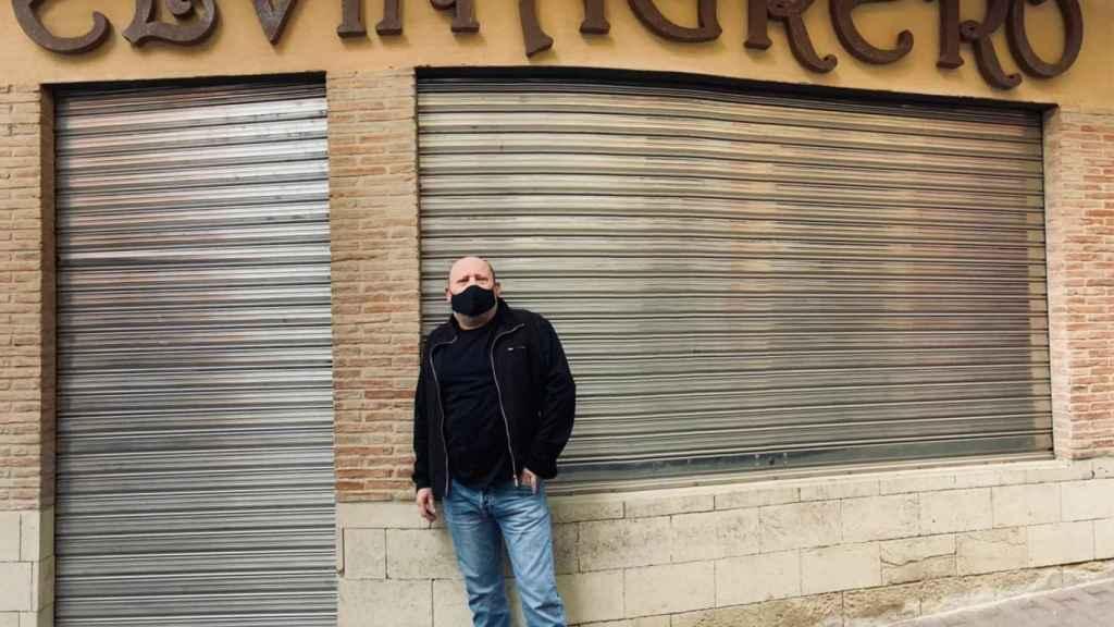 Fernando Martínez, posando en la fachada de su afamado restaurante de La Unión cerrado por la pandemia.