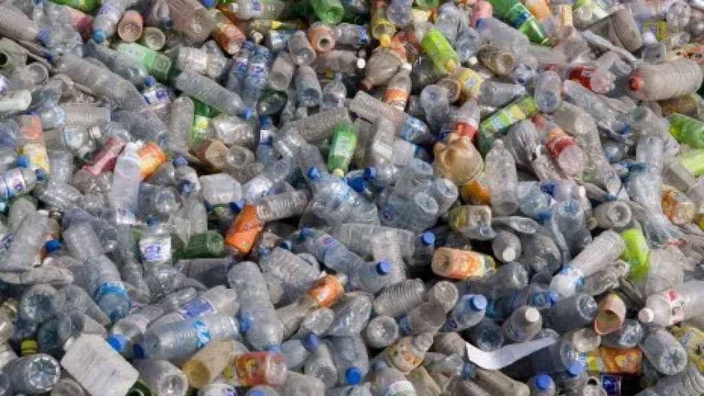 Botellas de plástico amontonadas en un vertedero.