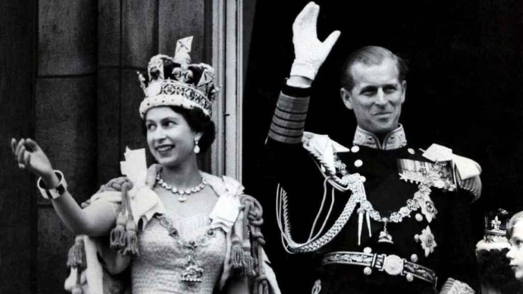 La reina Isabel y el duque de Edimburgo tras la coronación de la monarca.
