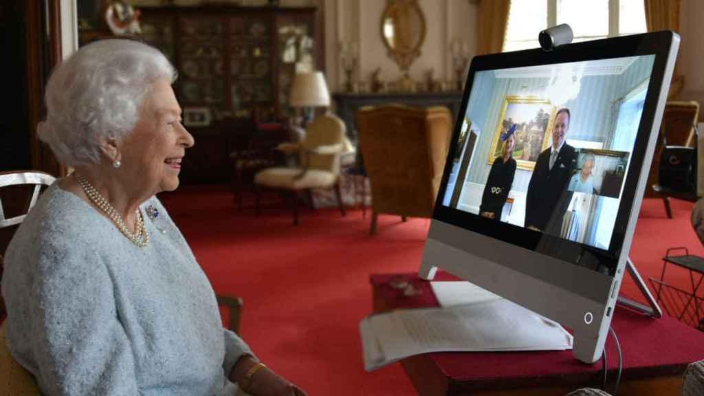La reina Isabel, durante una reunión telemática.