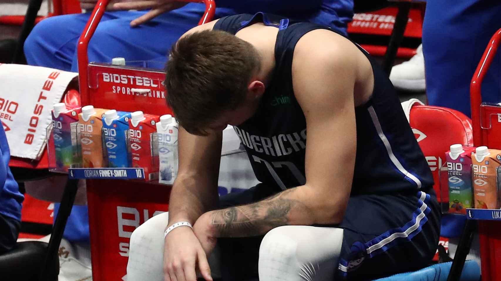 Luka Doncic abatido en el banquillo