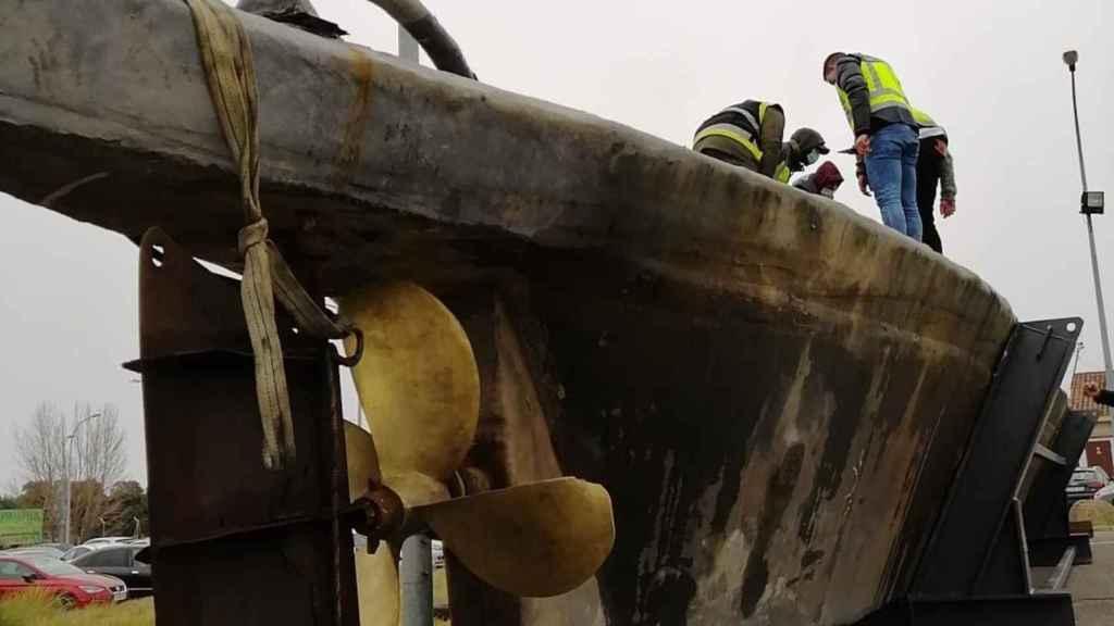 Agentes de la Policía Nacional supervisando por última vez la embarcación.