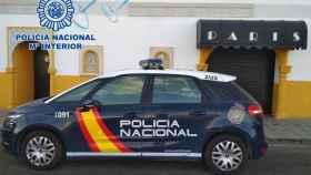 Un coche de Policía Nacional frente al club 'París'