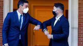 El presidente del Gobierno, Pedro Sánchez, junto al portavoz parlamentario de ERC, Gabriel Rufián, en una imagen de archivo.