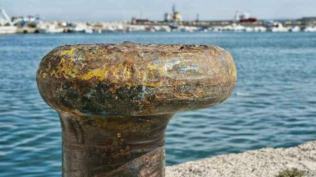 Un elemento portuario corroído por el mar. FOTO: Tony Cound (Pixabay)