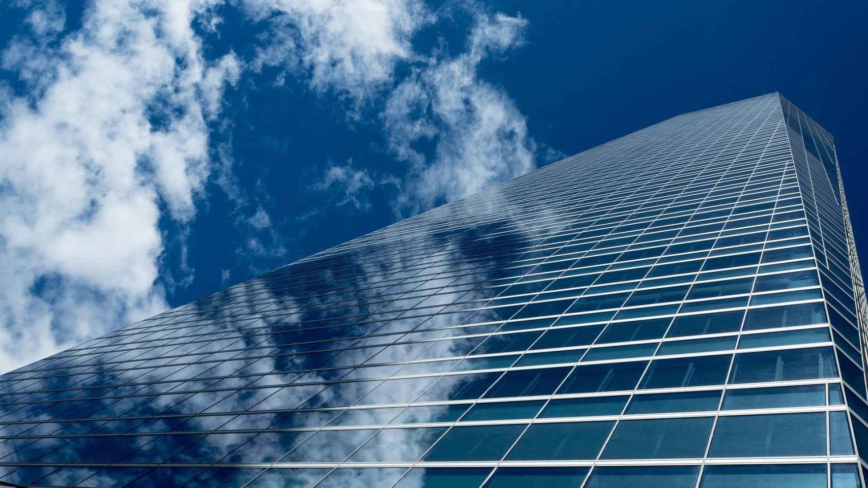 Imagen de un gran edificio de oficinas en Madrid.