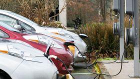 Imagen de coches eléctricos cargando.