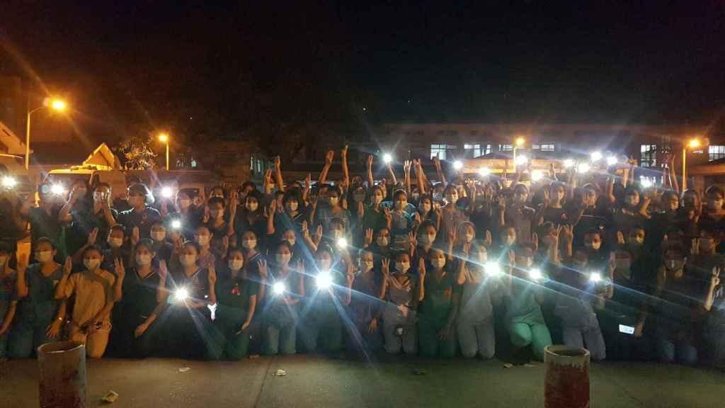 Sanitarios unidos contra los golpistas en Rangún, capital de Birmania.
