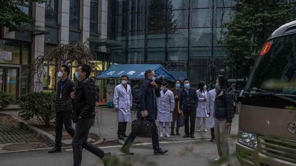 Expertos de la Organización Mundial de la Salud en Wuhan.