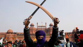Un agricultor con dagas protestando contra las leyes agrícolas del Gobierno indio.