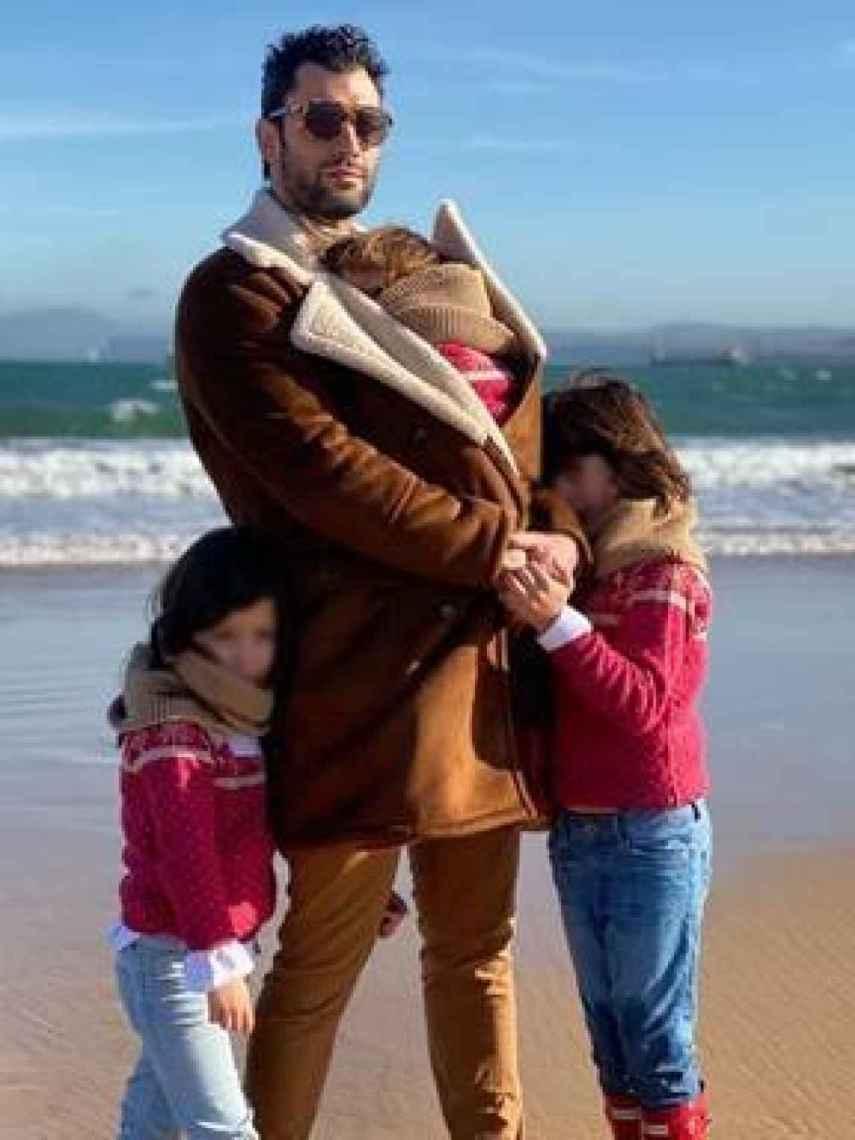 Jorge junto a sus tres hijos.