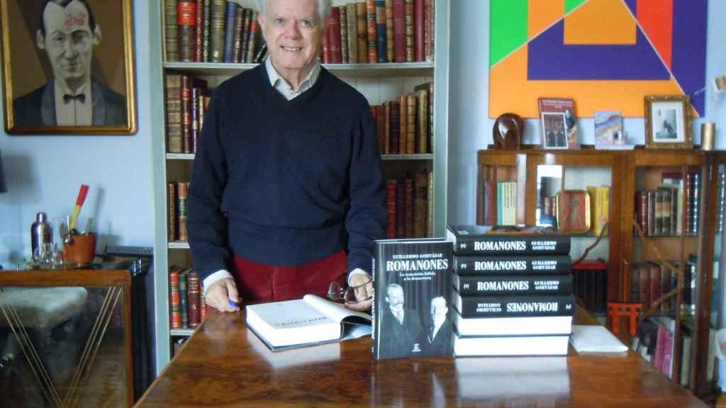 Guillermo Gortázar posa con su nuevo libro, la biografía de Romanones.