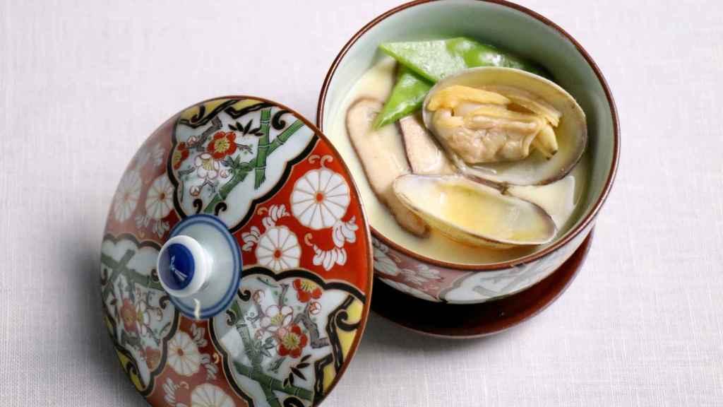Chawan mushi con almeja japonesa, uno de los platos que prepara Yoko Hasei.
