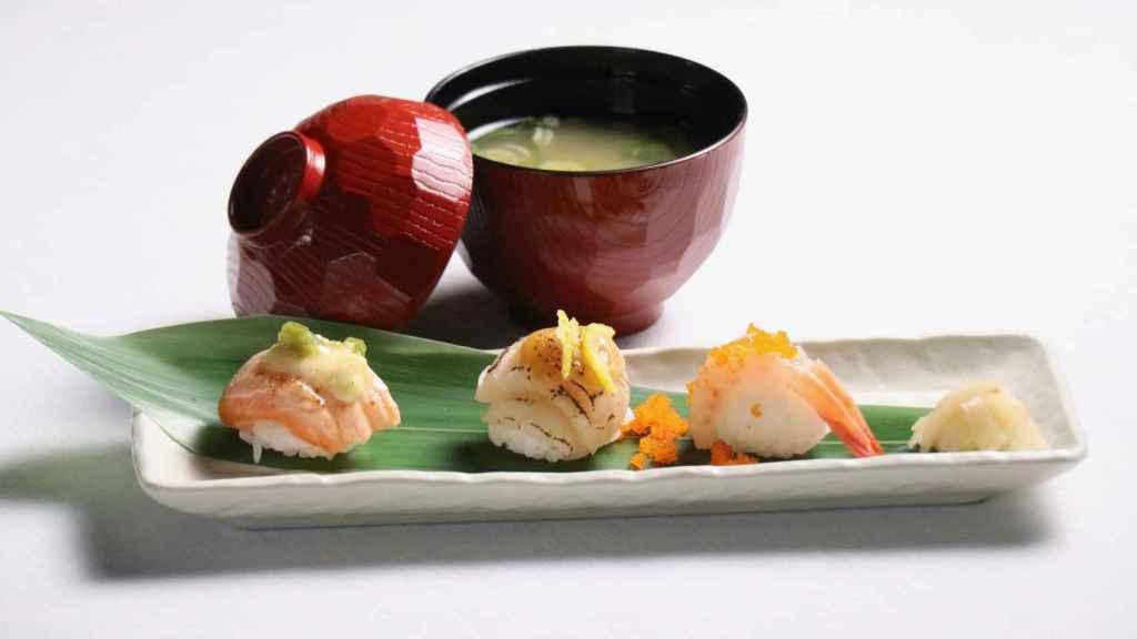 Temari sushi acompañado sopa de miso, de uno de los menús de Yoko Hasei.