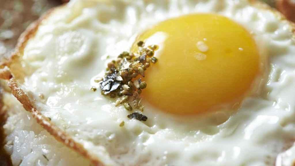 Un huevo frito recién hecho.