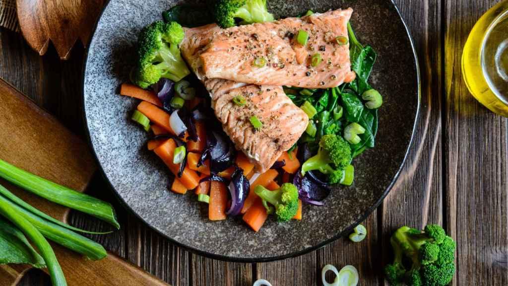 El salmón con guarnición de verduras puede ayudar a continuar el día sin esa horrible sensación de sopor