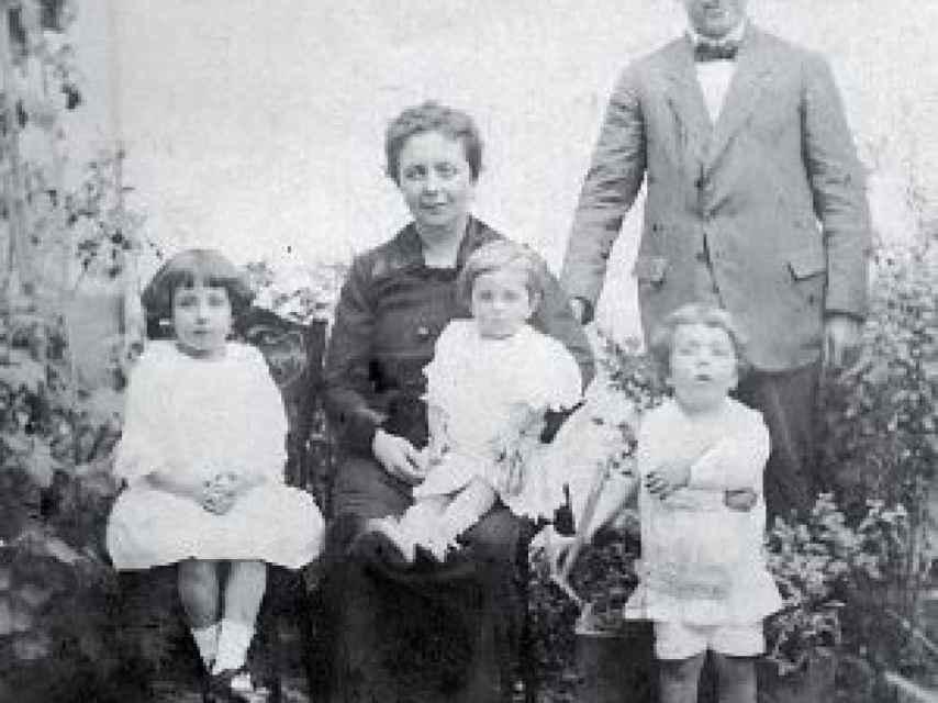 Mónico junto a su esposa Isabel y sus tres hijos.