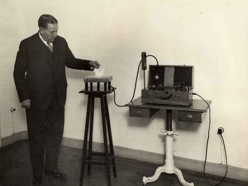 Mónico, junto a su máquina de rayos X portátil.