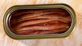 Una lata de anchoas abierta de par en par.