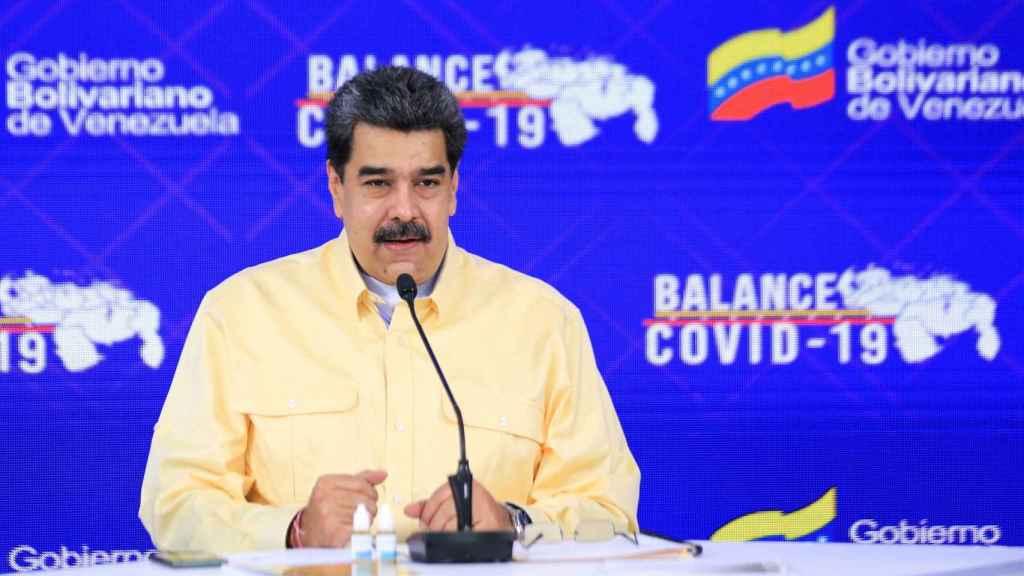 Nicolás Maduro presentando el falso medicamento.