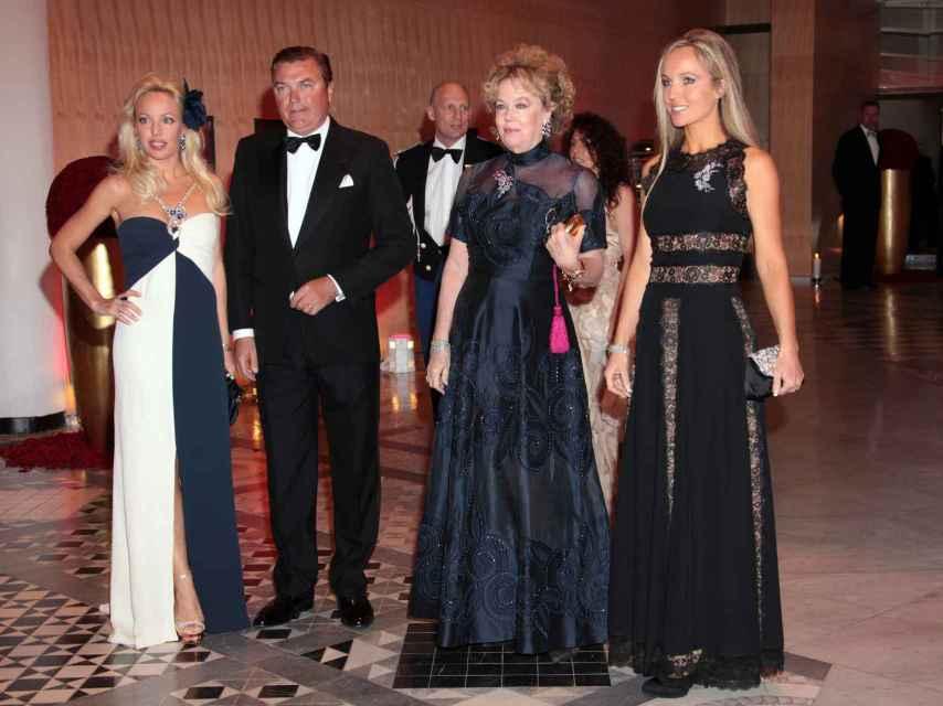 Camilla junto a su madre, su hermana Cristiana y Carlos de Borbón Dos Sicilias en 2010.