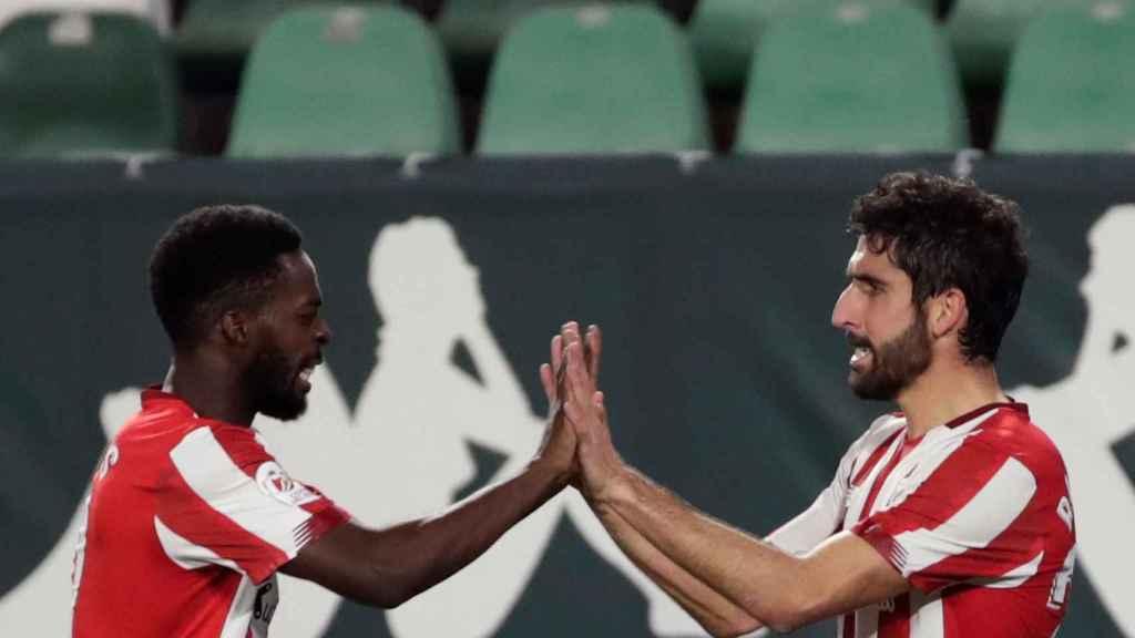 Iñaki Williams felicita a Raúl García
