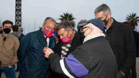Joan Laporta, junto a un socio del FC Barcelona. Foto: Twitter (@estimemelbarca)