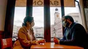 Isabel Díaz Ayuso y Paco Núñez en un bar de la Puerta del Sol