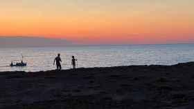 Un padre y su hijo pasean durante un atardecer en Ibiza. FOTO: J. A.