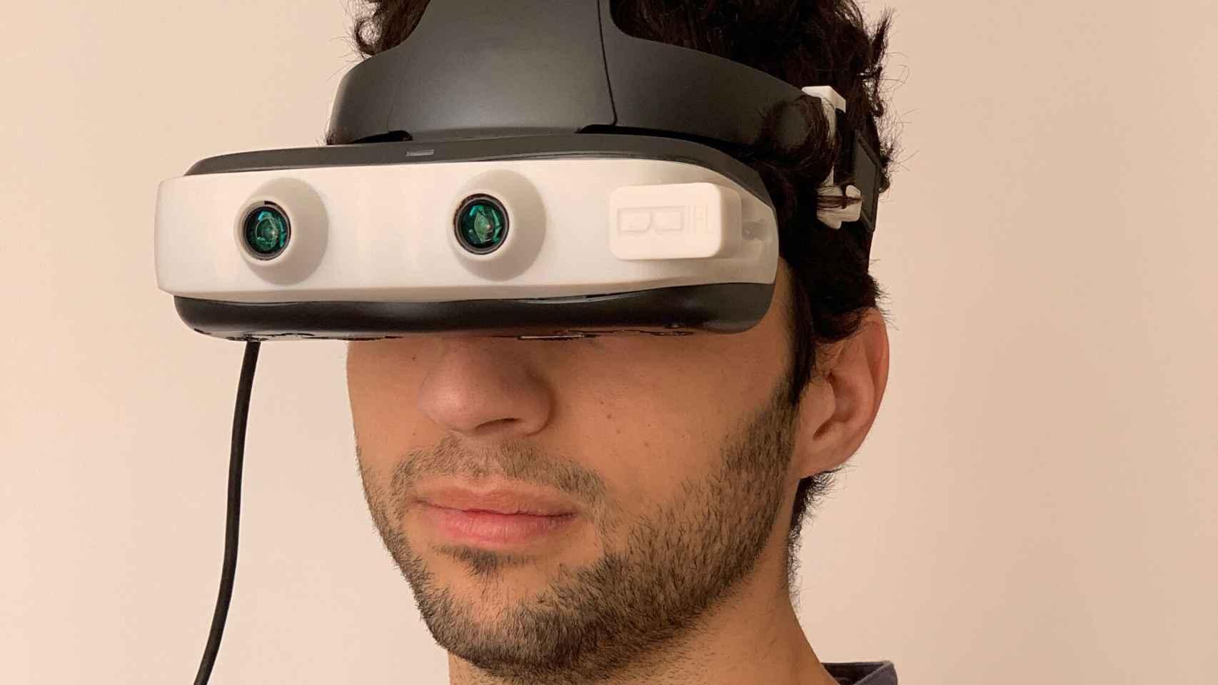 Un usuario probando el prototipo de las gafas Biel Glasses  para las personas con baja visión.