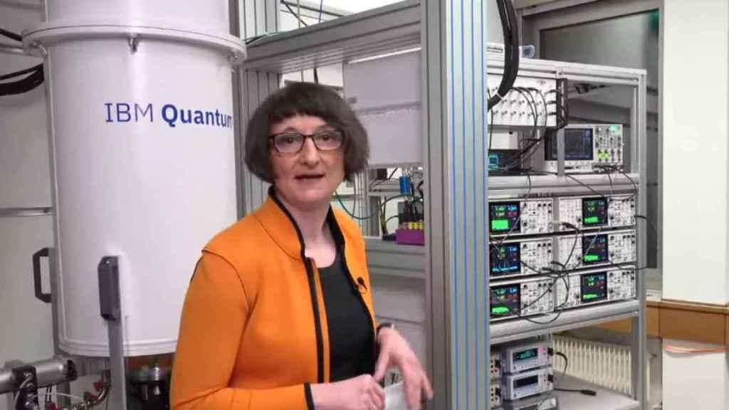 Heike Riel, directora de Ciencia y Tecnología de IBM Research Europe, junto a un ordenador cuántico de la casa
