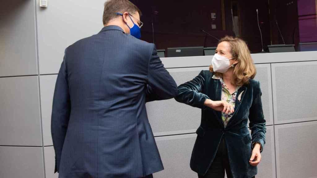 Nadia Calviño saluda al vicepresidente económico de la Comisión, Valdis Dombrovskis, durante su última visita a Bruselas