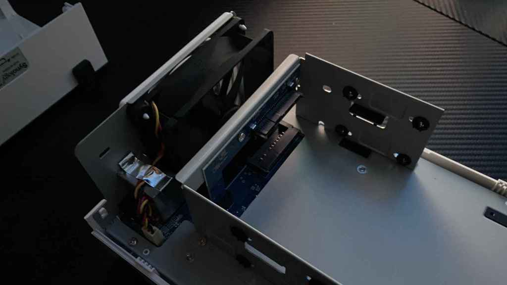 El diseño del Synology DS220j facilita mucho la instalación