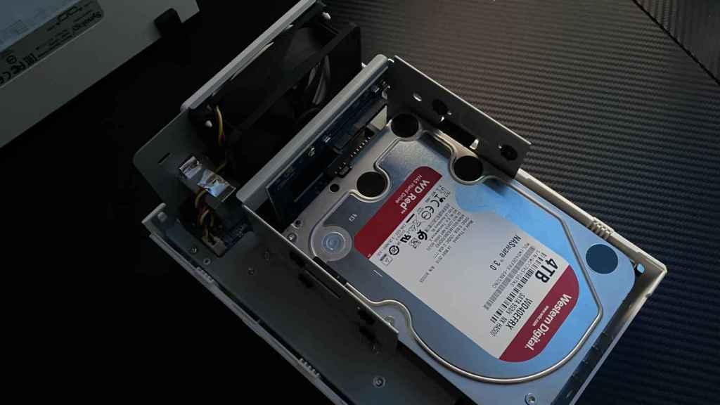 Montar los discos duros en un NAS de Synology es tan fácil como deslizar y atornillar